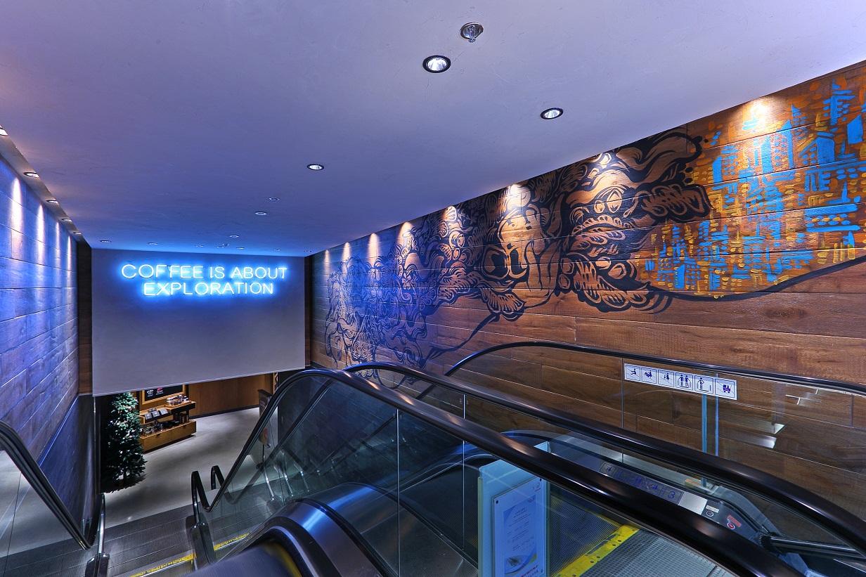 大門的星巴克美人魚標誌由香港藝術家Bao Ho繪畫