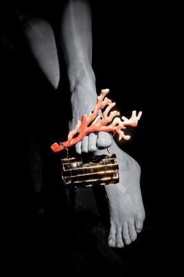 01_Gianni De Benedittis per futuroRemoto, Clutch in oro con manico di corallo rosa