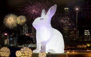中港城7米高發光月兔伴維港景致